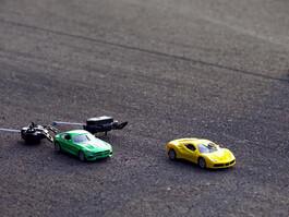 Pistte bu sefer oyuncaklar yarıştı!